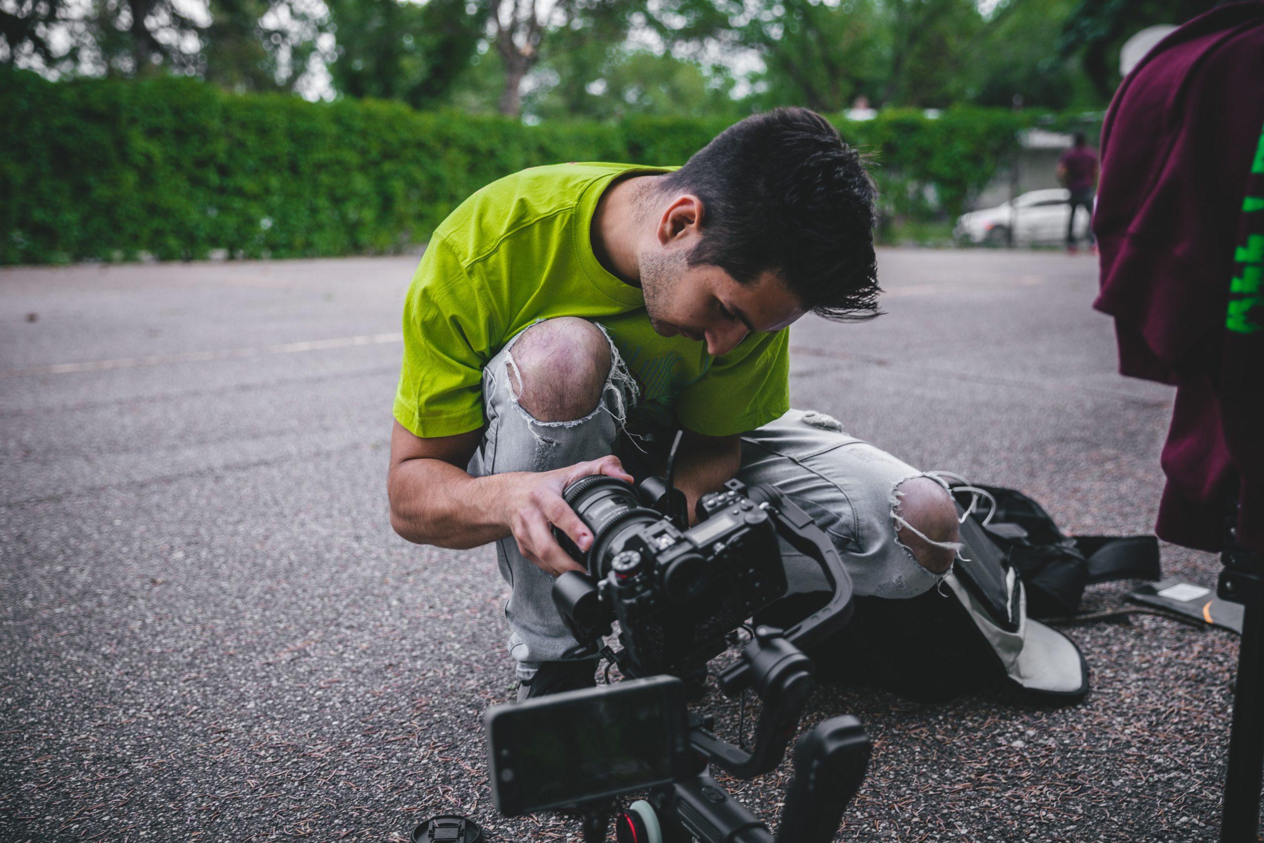 jeune homme au sol derrière caméra